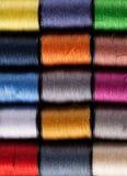 Bobines colorées de coton vues d'en haut Photo stock