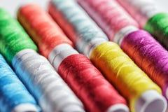 Bobines colorées de fil Photographie stock libre de droits
