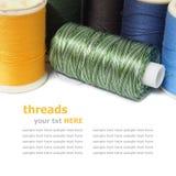 Bobines colorées de fil d'isolement sur le fond blanc Image libre de droits