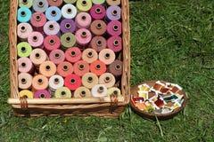 Bobines colorées de fil pour la couture Images libres de droits