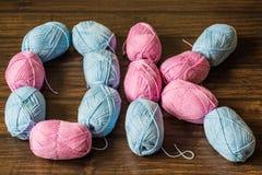 Bobines colorées de fil pour tricoter les vêtements chauds image stock