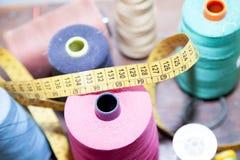 Bobines colorées de fil utilisées dans le tissu Photo libre de droits