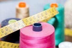 Bobines colorées de fil utilisées dans le tissu Photos stock