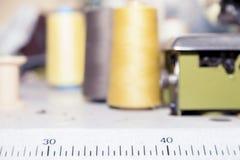 Bobines colorées de fil utilisées dans le tissu Photographie stock libre de droits