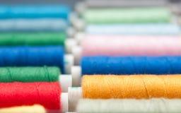 Bobines colorées de fils Photographie stock
