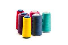 Bobines colorées de plan rapproché de fil sur le fond blanc Photo stock