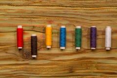 Bobines colorées des fils Photo libre de droits
