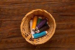 Bobines colorées des fils Photos libres de droits