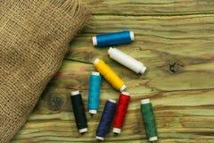 Bobines colorées des fils Photo stock