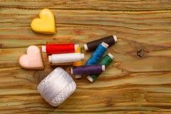 Bobines colorées des fils Photos stock
