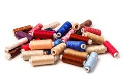 Bobines colorées sur le fond blanc Ya coloré de coton Images libres de droits
