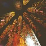 Bobines d'encens brûlant le concept chinois de spiritualité de temple photo libre de droits