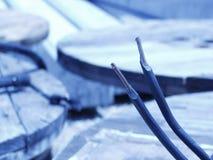 Bobines de câble et fils - son bleu images stock