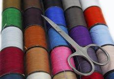 bobines de coton et des ciseaux Image libre de droits