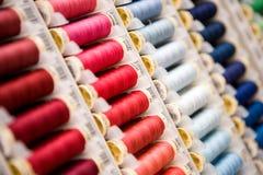 Bobines de couture rouges au bleu Photographie stock libre de droits