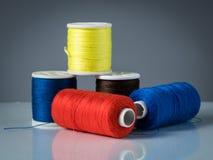 Bobines de divers fils colorés pour le tricotage Photo libre de droits