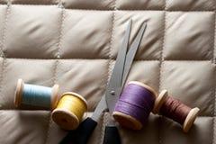 Bobines de fil avec des ciseaux Photo libre de droits