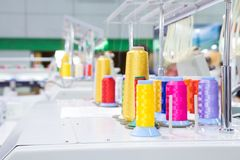 Bobines de fil dans l'usine de vêtement Photos stock