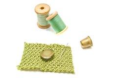Bobines de fil, de bouton et de dé verts Photographie stock