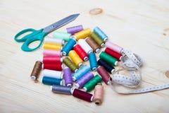 Bobines de fil, de ciseaux et de centimètre Image stock