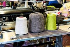 Bobines de fil de coton dans l'usine de fabrication Images libres de droits