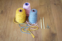 Bobines de fil, de crochets de crochet, et de bouts de fil Photos stock