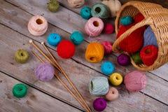 Bobines de fil et aiguilles de tricotage Photos stock