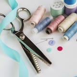 Bobines de fil et d'outils de couture de base comprenant les goupilles, l'aiguille, un dé, et le ruban métrique Copiez l'espace Images stock