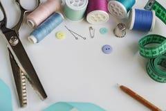 Bobines de fil et d'outils de couture de base comprenant les goupilles, l'aiguille, un dé, et le ruban métrique Copiez l'espace Images libres de droits