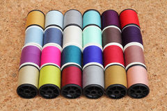 Bobines de fil multicolores Images stock