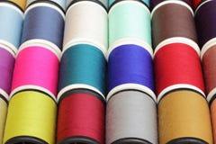 Bobines de fil multicolores Image libre de droits