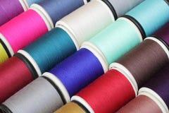 Bobines de fil multicolores Image stock