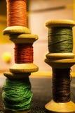 Bobines de fil : orange, vert, rouge, brun Photo libre de droits