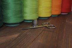 Bobines de fil pour des ciseaux de couture et de broderie, dé, Ne Images stock