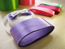 Bobines de ruban de couleur avec le papillon Image stock