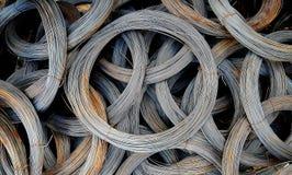 Bobines de vieux fils galvanisés avec des traces de rouille Image stock