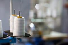 Bobines des fils blancs sur la machine à coudre, plan rapproché Photo stock