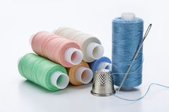 Bobines des fils colorés de couleurs en pastel Grand jeu pour la couture et le dé Image stock
