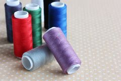 Bobines des fils colorés sur la table Photo libre de droits