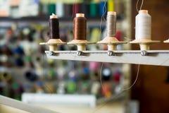 Bobines des fils dans la boutique de couture Photos libres de droits