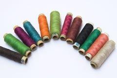 Bobines des fils de couleur Photos stock