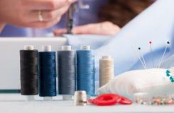 Bobines des fils de couleur et des accessoires de couture Images libres de droits