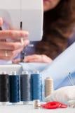 Bobines des fils de couleur et des accessoires de couture Photographie stock libre de droits