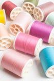 Bobines des fils de couleurs. Images libres de droits