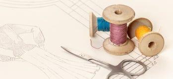 Bobines des fils et des ciseaux colorés Image stock