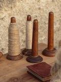 Bobines en bois d'axes sur le Tableau Image stock