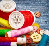 Bobines et boutons d'amorçage de couture Image stock