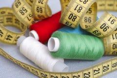 Bobines et ruban métrique de fil Photo stock