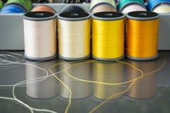 Bobines jaune-orange de fil de broderie Photo libre de droits