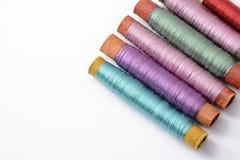 Bobines multicolores avec des fils pour coudre sur le fond blanc Photo libre de droits